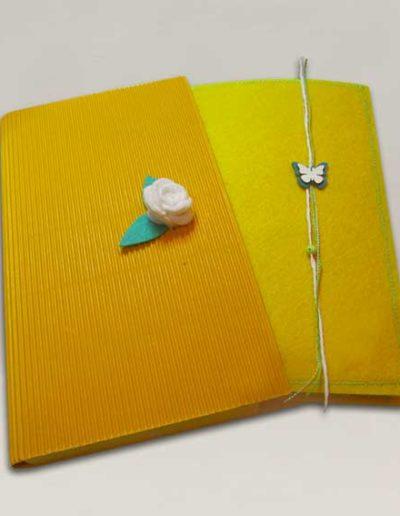 Quaderno rivestito in feltro giallo con custodia abbinata e roselline bianche di feltro. Handmade