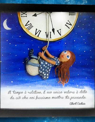 Cornice quadrata con bassorilievo a colori di una bimba sul pendolo di un orologio. Fatto a mano Fatto a mano