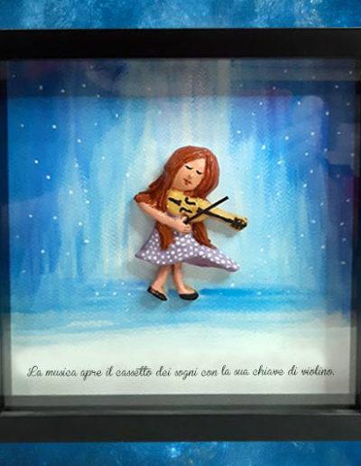 Cornice quadrata con bassorilievo a colori di una bimba che suona il violino con frase sul fondo dipinto a mano con acquerello. Fatto a mano