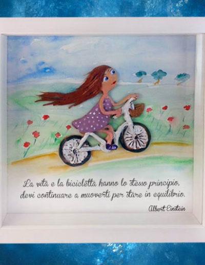 Cornice quadrata con bassorilievo a colori di una bimba che va in bicicletta con frase sul fondo di A.Einstein dipinto a mano con acquerello. Fatto a mano