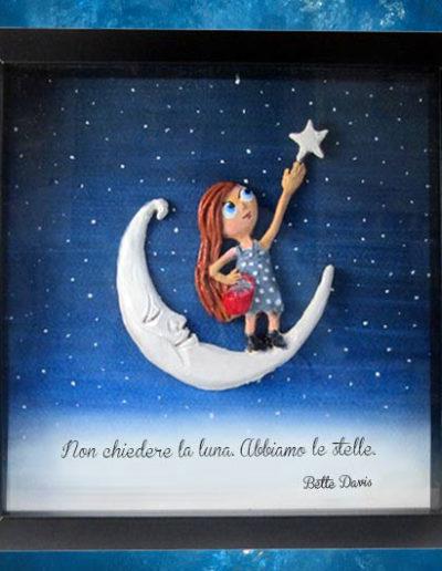 Cornice quadrata con bassorilievo a colori di una bimba sulla luna che tocca una stella con frase sul fondo di Bette Davis dipinto a mano con acquerello. Fatto a mano