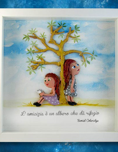 Cornice quadrata con bassorilievo a colori di due bambine sotto l'albero dell'amicizia con frase di S.Coleridge sul fondo dipinto a mano con acquerello. Fatto a mano
