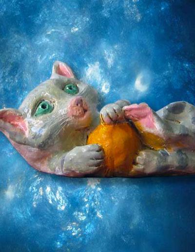Statuina in terracotta di un gattino che gioca con la palla. Fatto a mano
