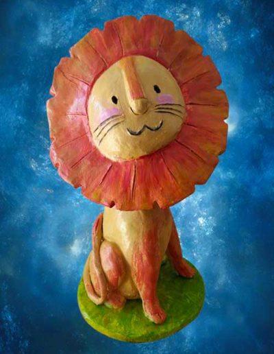 Statuina di terracotta di un leone in stile fumetto. Fatto a mano
