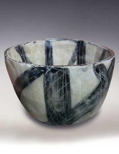 Ciotola informale con strisce nere del corso di ceramica intermedia
