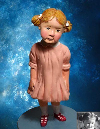 Statuina di terracotta di bambina bionda con codini, vestito rosa e scarpine rosse. Fatto a mano