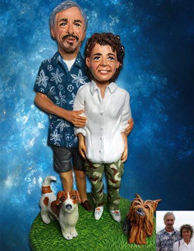 Statuina di terracotta di marito e moglie con i propri cagnolini. Fatto a mano