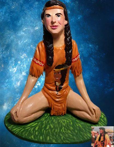 Statuina di terracotta di una ragazza bianca,seduta su un prato a gambe incrociate, con abiti in stile indios. Fatto a mano.