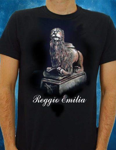 T-shirt nera souvenir del leone di Reggio Emilia in terracotta