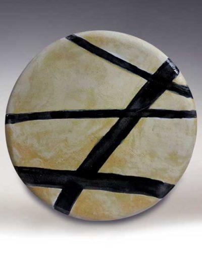 Manufatto realizzato da allievo di corso ceramica, trattasi di un piatto ceramica con righe nere