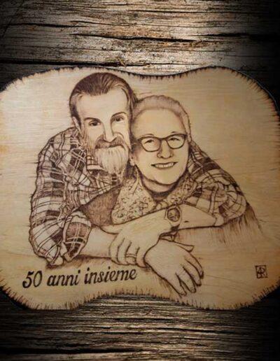 incisione a pirografo di coppia che festeggia 50 anni insieme
