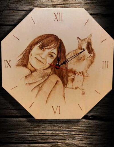 Orologio in legno inciso a pirografo