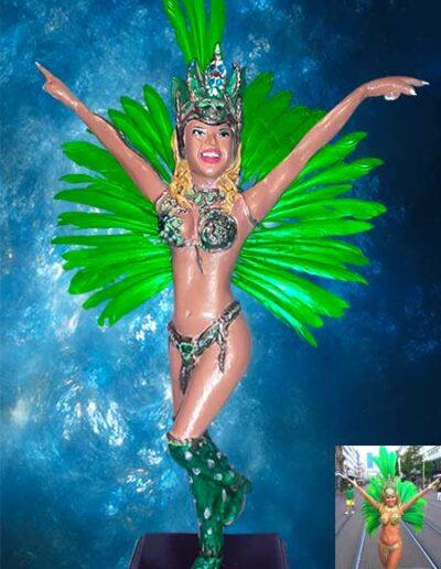 Statuina di terracotta fatta a mano raffigurante una ballerina brasiliana, in costume carnevalesco.