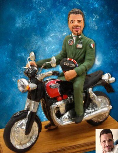 Statuina in terracotta motociclista